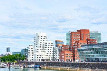 Düsseldorf, Alter Hafen mit berühmten Gebäuden, © iStock.com/marako85
