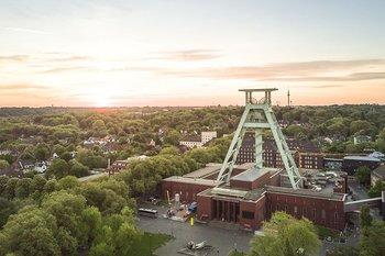 Bochum im Ruhrgebiet, Panorama mit Förderturm vom Bergbaumuseum, © iStock.com/mushmedia